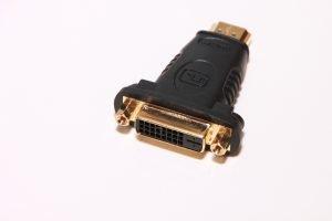 Das Bild zeigt einen HDMI auf DVI Adapter