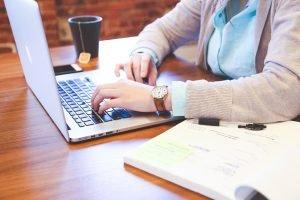 """Office Arbeit Bild auf den Artikel """" Monitor Was ist wichtig """""""
