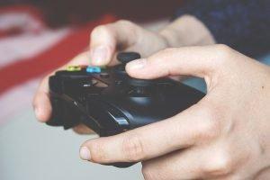 Videospieler spielt mit einen Kontroller